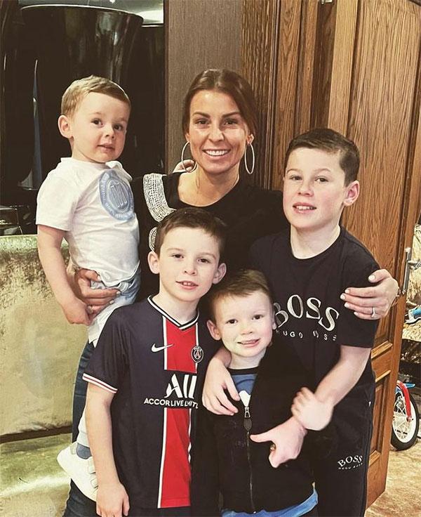 Vợ chàng Shrek cũng đăng tải ảnh chụp bên 4 cậu con trai và nói Mẹ sẽ luôn ở đó và yêu các con mãi mãi