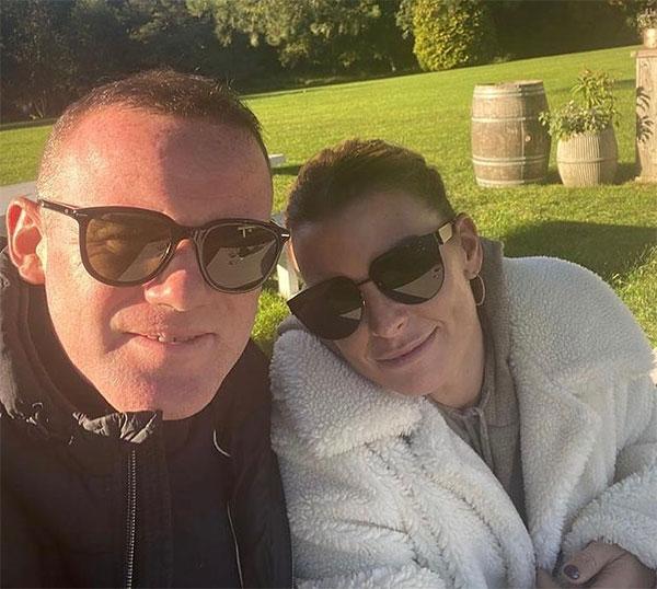 Trong khi đó Rooney chia sẻ khoảnh khắc hiện tại bên bà xã. Cảm ơn vì tất cả em đã làm cho anh và các con. Bố con anh yêu em, HLV Derby County thổ lộ.