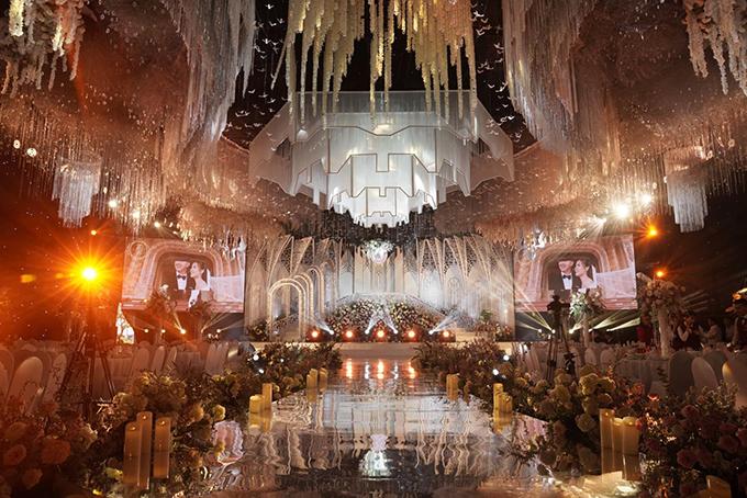 Theo ekip trang trí cưới Phong Design - chuyên thiết kế các đám cưới xa xỉ của giới nhà giàu, ekip đã dùng tới 2 xe 15 tấn để chở hoa, trang trí cho nhà rạp 4.500 m2 được dựng trong khuôn viên lâu đài. Ảnh: Mr. Lee Studio