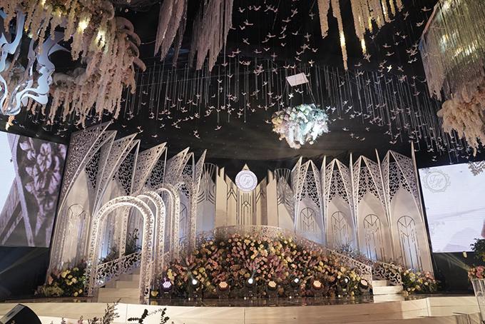 Khu vực trần được ekip trang trí với hoa tươi, các tiểu cảnh công phu cùng hạc giấy. Sân khấu có các mái vòm theo kiểu kiến trúc châu Âu.
