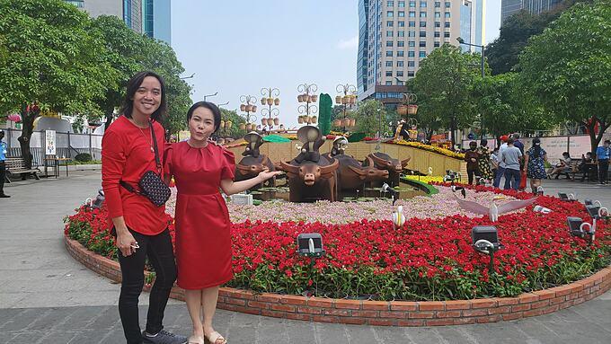 Nghệ sĩ Việt Hương đưa ông xã Hoài Phương đi dạo phố phường Sài Gòn và tiết lộ đây là lần đầu tiên anh đón Tết ở Việt Nam.