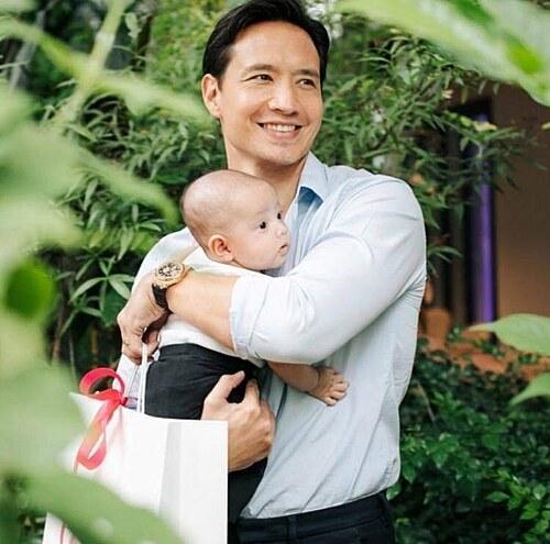 Con gái Kim Lý trong vòng tay bố.