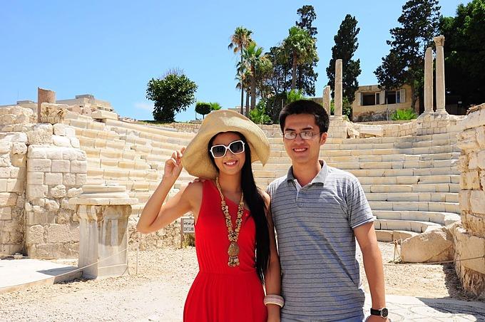Phú Đạt xin phép khoác vai chụp ảnh cùng Ngọc Hân trong lần đầu gặp năm 2011.