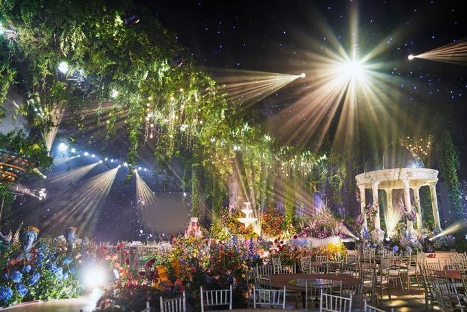 Ekip trang trí cưới đã tận dụng kiến trúc sẵn có ở tư gia, vốn là niềm tự hào của gia đình vào tiệc cưới. Cả đội ngũ gần 60 người tốn khoảng một tuần để hoàn thành concept tiệc, cùng thi công, triển khai các hạng mục.