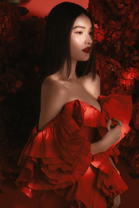 Ở tuổi 25, Á hậu Thùy Dung khoe vẻ gợi cảm trong váy cúp ngực. Chi tiết bèo nhún bồng bềnh, tạo điểm nhấn cho thiết kế.