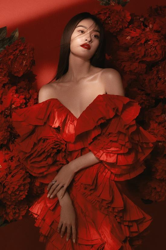 Trang phục mang gam màu đỏ nổi bật làm tăng nét quyến rũ cho người đẹp.