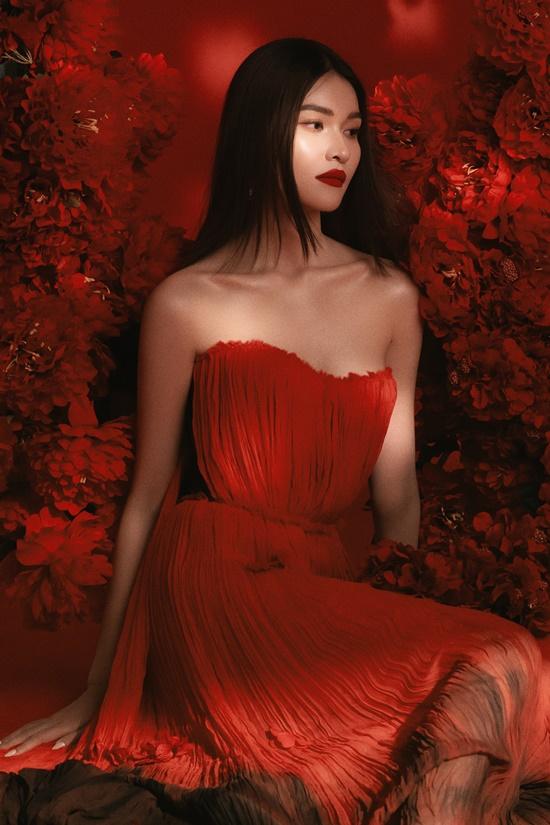 Bộ trang phục mang gam màu đỏ nổi bật, thiết kế xếp ly tăng vẻ nữ tính cho người mặc.