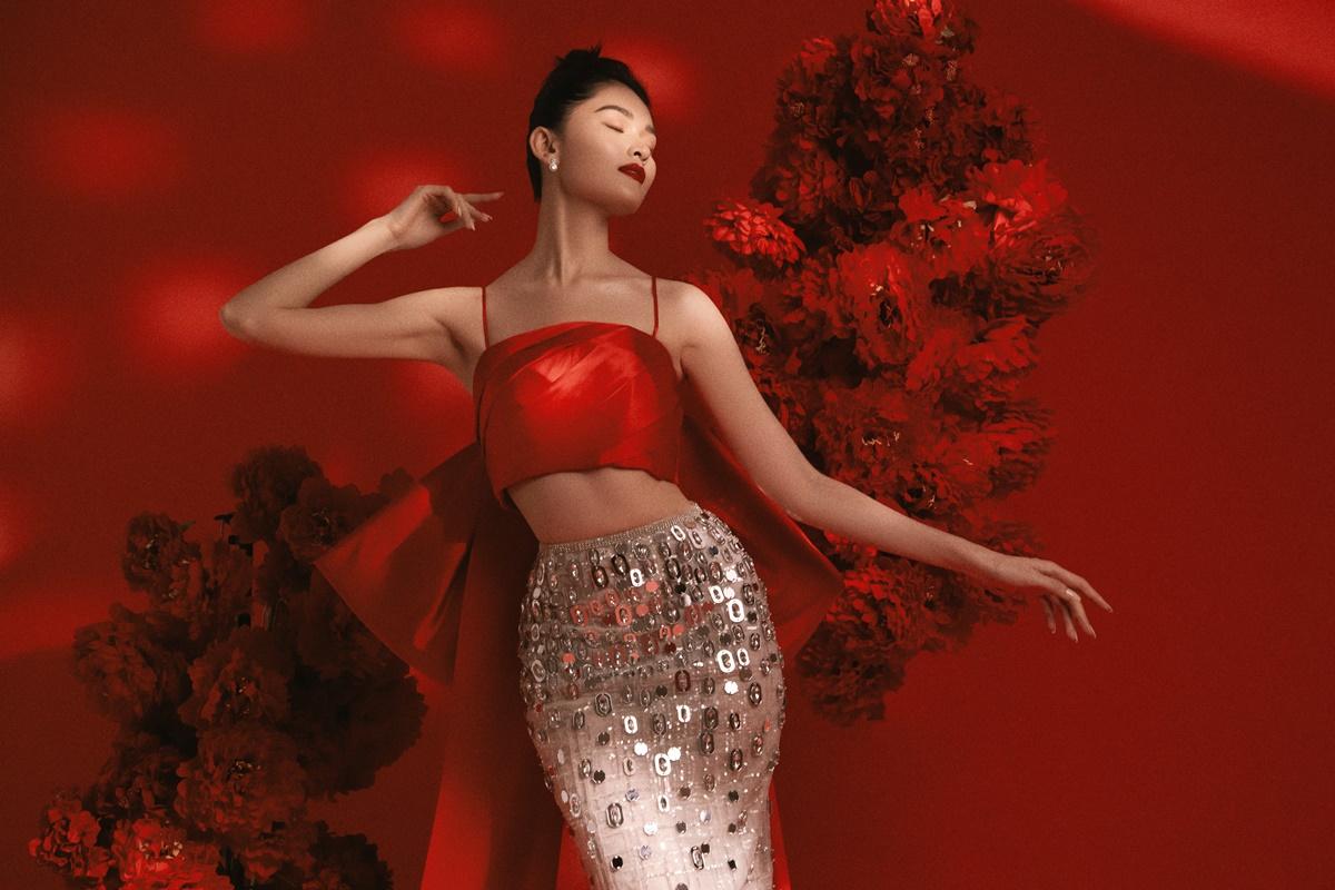 Áo crop top hai dây kết hợp chân váy giúp tôn lợi thế hình thể. Người đẹp cao 1,72 m, số đo 84-60-90 cm.
