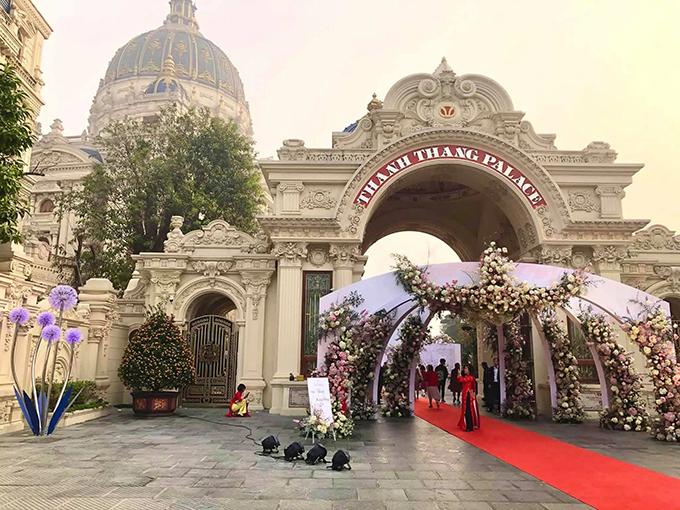 Khung cảnh đám cưới bao quát phía bên ngoài lâu đài. Công trình nằm trên quốc lộ 1A, huyện Gia Viễn, Ninh Bình, được cho là có mức đầu tư hàng nghìn tỷ đồng với 3 năm xây dựng. Nhiều chi tiết trong lâu đài được dát vàng, phòng nghe nhạc chứa 300 khán giả.