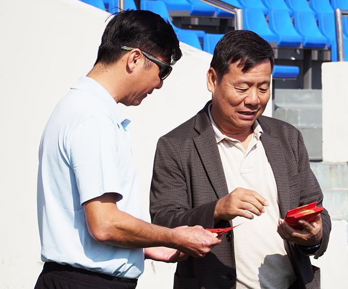 Trước buổi tập, lãnh đạo CLB Đà Nẵng lì xì cho HLV Huỳnh Đức cùng đội ngũ trợ lý và các cầu thủ để lấy may trong năm mới.