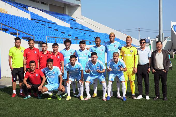 Nhóm cầu thủ hội quân sớm chụp ảnh kỷ niệm cùng HLV Lê Huỳnh Đức, các trợ lý và lãnh đạo CLB Đà Nẵng.
