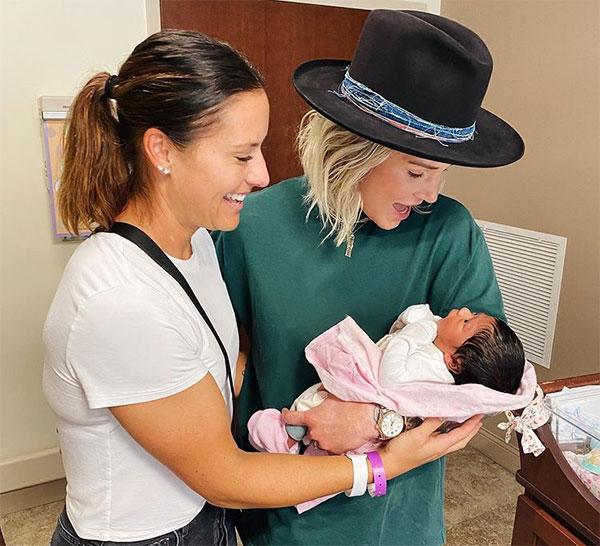 Cặp sao hạnh phúc bế con gái nhỏ mới sinh trên tay. Ảnh: Instagram.