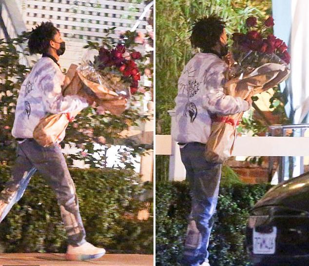 Cánh săn ảnh bắt gặp Jaden Smith ôm bó hoa hồng nhung đến trước nhà hàng ở Tây Hollywood, Los Angeles vào ngày lễ Tình nhân.