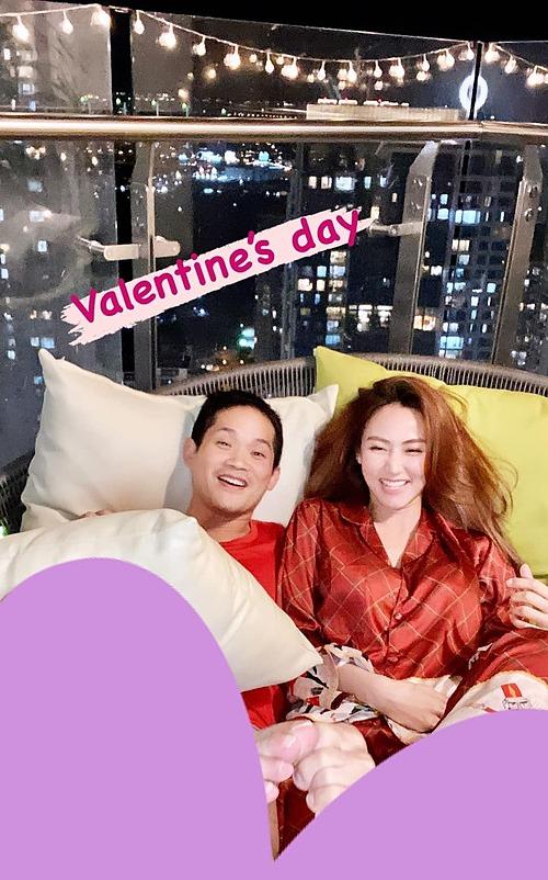 Cũng trong ngày này, diễn viên Ngân Khánh lần đầu đăng ảnh rõ mặt ông xã sau 5 năm kết hôn. Trước đó, cô được đồn đoán được một đại gia có tiếng là một doanh nhân rước về dinh. Vì thế sau khi có gia đình cô dần rút lui khỏi các hoạt động showbiz.