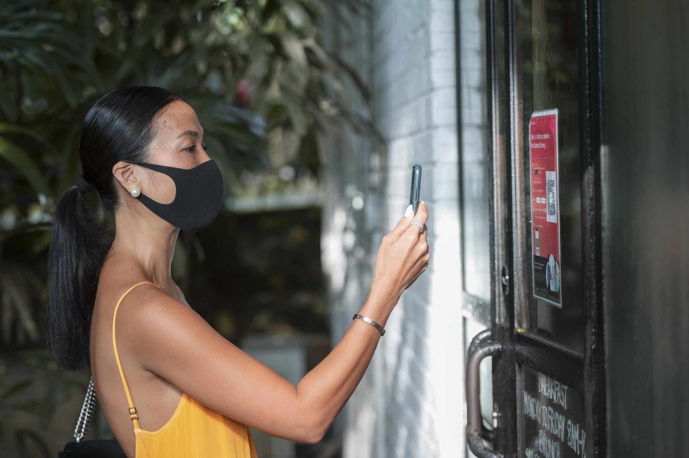 Bằng Lăng quét mã QR SafeEntry tại nhà hàng PS. Cafe. Ảnh: STB.