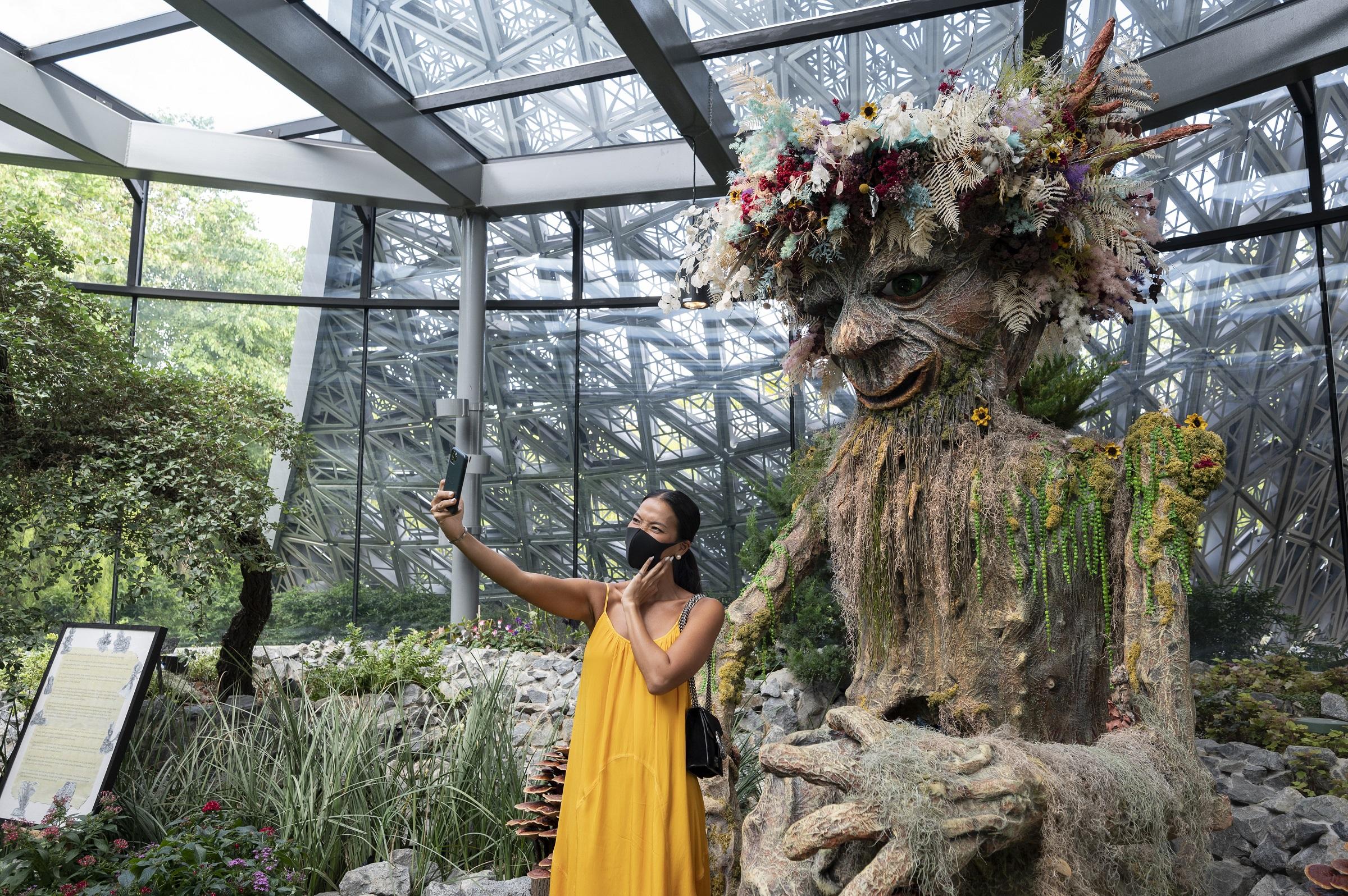 Tượng đá giữ cửa Nobu được làm từ thân cây và các loại hoa khác nhau là điểm chụp ảnh check-in ưa thích của cô. Ảnh: STB.