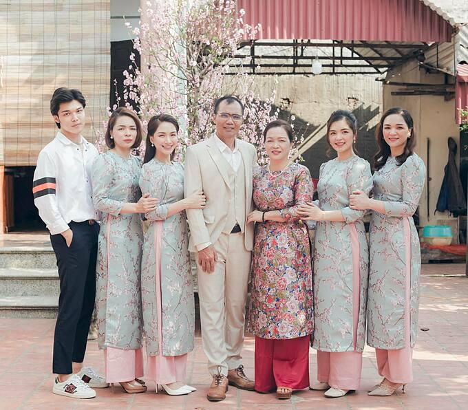 Hòa Minzy bên bố mẹ, các chị gái và em trai.