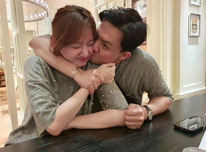 Ổng thương tôi quá tôi mệt nha, Hari Won hài hước bình luận về bức ảnh bị ông xã Trấn Thành cưỡng hôn.