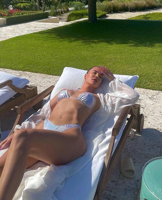 Khloe Kardashian chọn thiết kế bikini ánh bạc sành điệu.