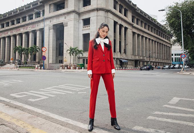 Những cô nàng ở khu vực phía Nam vẫn có thể mix các kiểu áo khoác mỏng, suit để khoe nét trang nhã trong ngày đầu đến văn phòng.