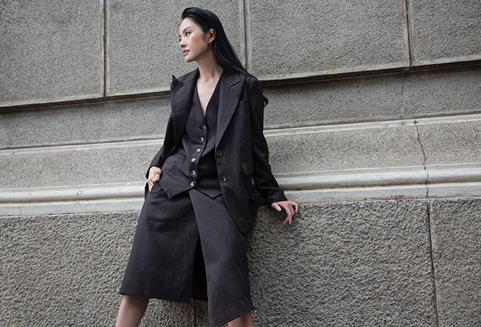 Những bộ suit phom dáng hiện đại luôn khiến người mặc thể hiện tinh thần ăn mặc hợp mốt và giúp hình ảnh của họ trẻ trung hơn.