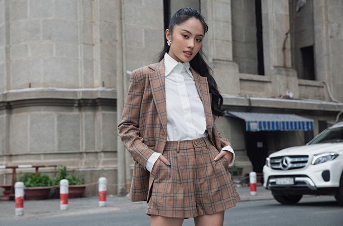 Trên bộ suit trẻ trung, quần short được thiết kế ống rộng tạo cảm giác như diện váy chữ A để người mặc hack dáng hiệu quả.