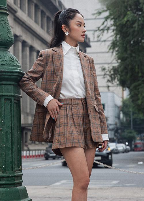 Những bộ suit ngắn, thiết kế trên vải ca rô vẫn được lòng phái đẹp. Trang phục nầy có thể mix cùng sơ mi, áo thun đơn sắc.