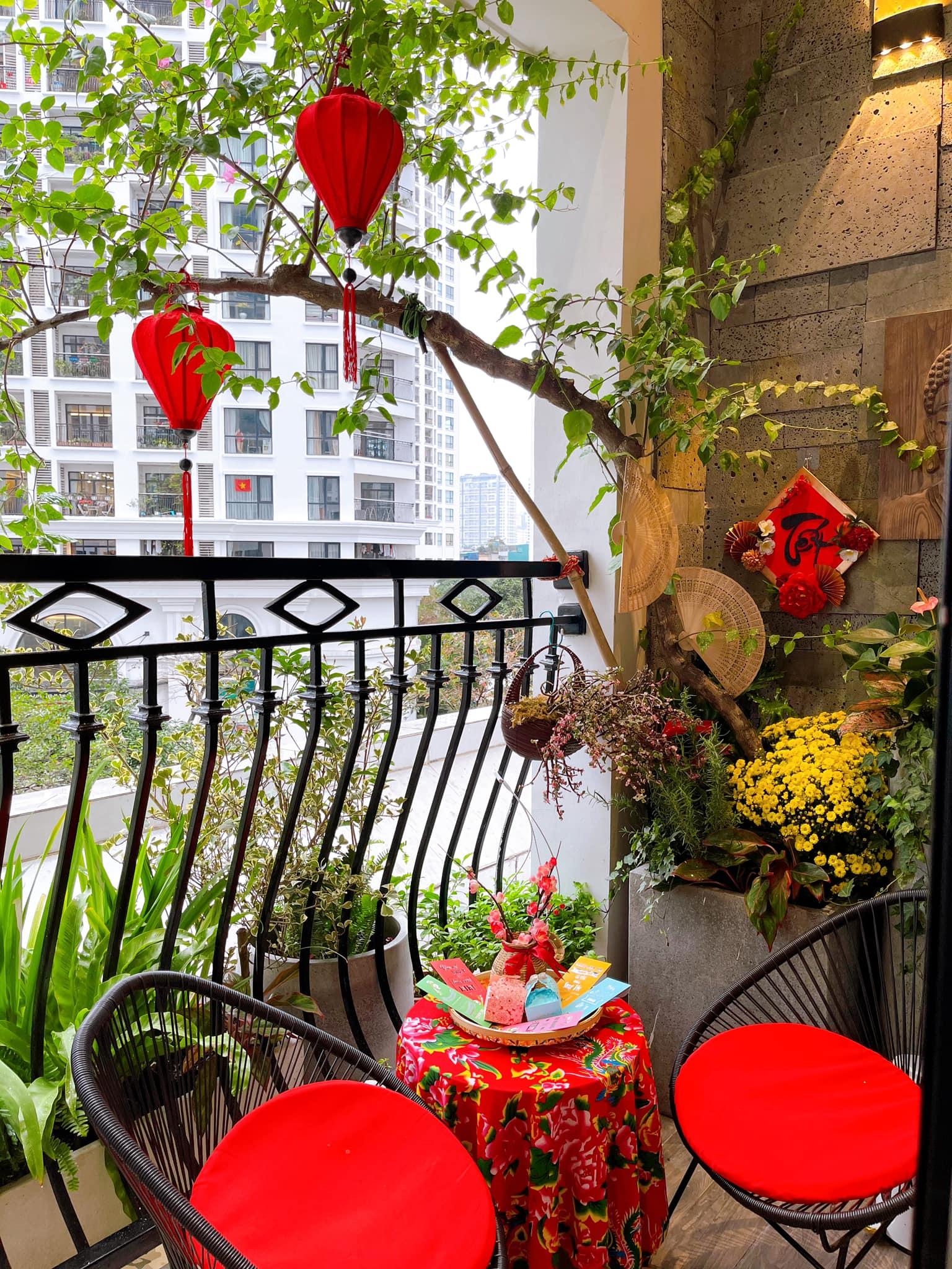 Không gian ban công chung cư nơi phố thị đã được một gia đình trang trí để thể hiện tinh thần ngày Tết, tràn ngập trong sắc đỏ may mắn.