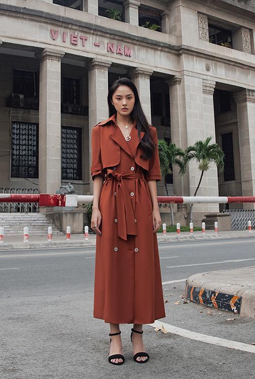 Trang phục đơn sắc trở nên cuốn hút hơn nhờ cách bố trí layer cho vai áo. Chi tiết cổ áo to bản, đai lưng vải cũng được chăm chút để mang lại tổng thể hoàn hảo.