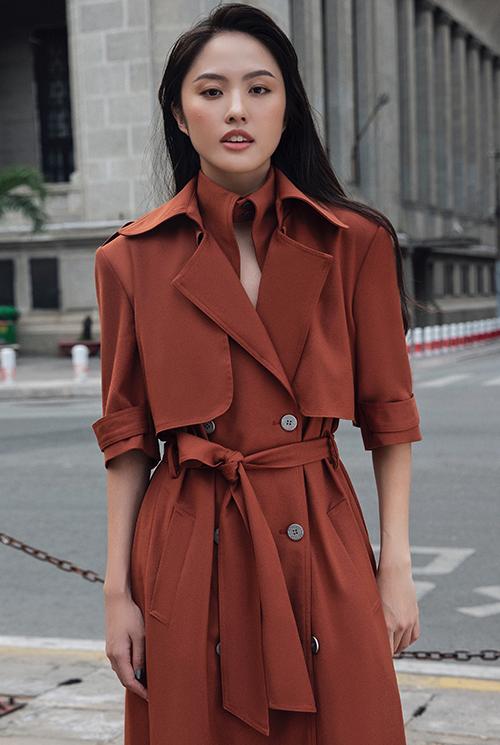 Váy biến thể từ phom dáng chuẩn mực của những mẫu áo măng tô mang vẻ đẹp kinh điển cũng được Thanh Vy giới thiệu cùng phái đẹp ở mùa này.