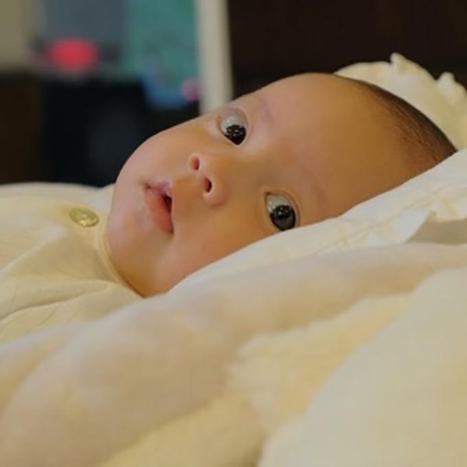 Còn Lisa mắt tròn xoe, thích hóng chuyện xung quanh. Cô bé là sao y bản chính từ Hà Hồ với đôi mắt to, khuôn miệng rộng.