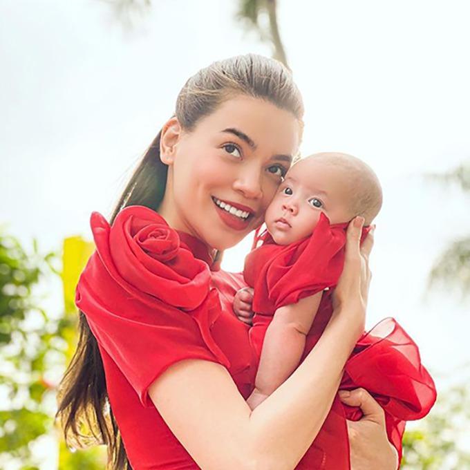 Mẹ Hà Hồ tiết lộ con gái Lisa hay có các biểu cảm nghiêm túc, mặt đăm chiêu và được mẹ ví von khó tính như mẹ. Hiện tại, cô bé đã được hơn 3 tháng tuổi, thích hóng chuyện.