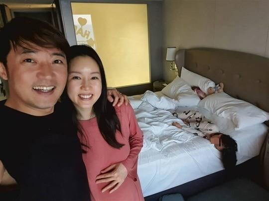 Ahn Jae Wook và bà xã.