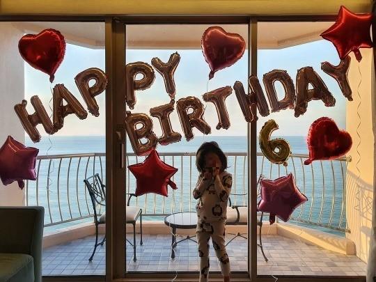 Công chúa nhỏ của Ahn Jae Wook sung sướng khi bố mẹ chuẩn bị tiệc mừng.