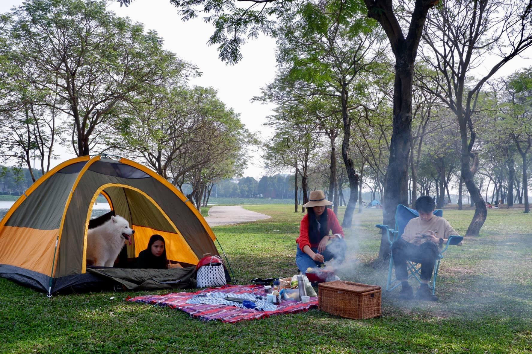 Với tình hình dịch bệnh căng thẳng tại nhiều địa phương, thay vì đi chúc Tết như mọi năm, một gia đình đã tổ chức buổi cắm trại nhỏ nhưng đầm ấm trong một công viên gần nhà.