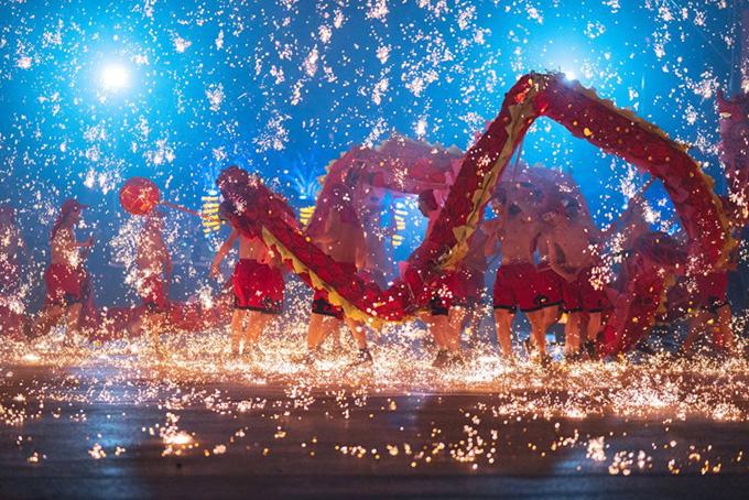 Điệu múa rồng lửa đem may mắn ngày Tết ở Trung Quốc
