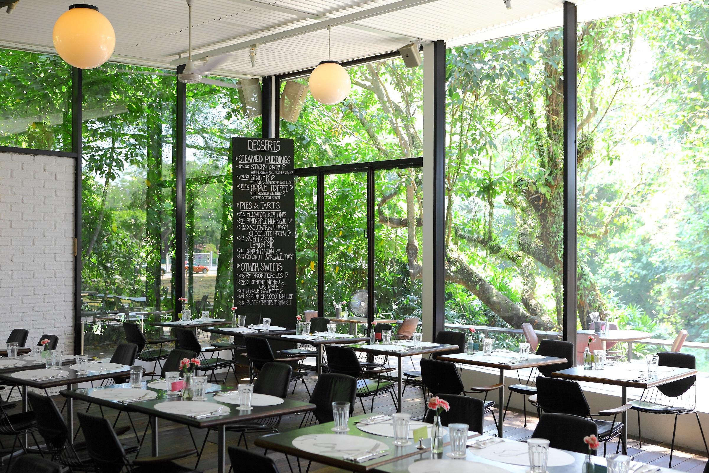 Nhà hàng PS. Cafe tọa lạc bên trong khuôn viên Dempsey Hill. Siêu mẫu ghé thăm nơi này mỗi chiều, ngồi nhâm nhi tách trà, trò chuyện cùng bạn bè...
