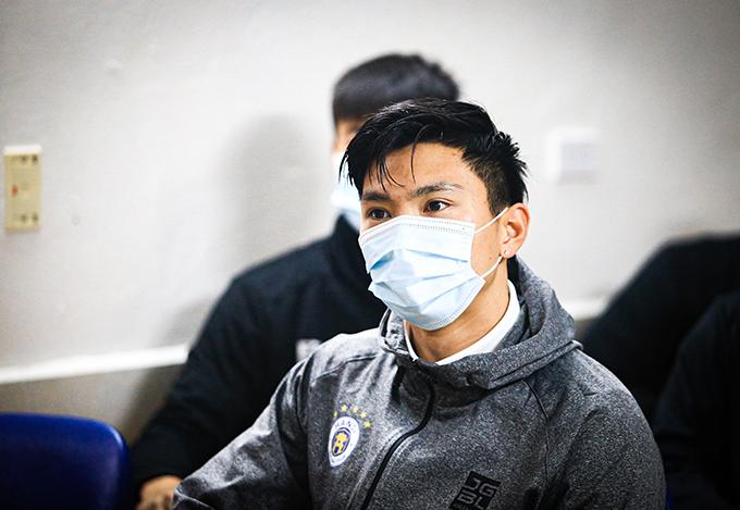 Hôm qua 16/2, ngay trong ngày đầu hội quân sau kỳ nghỉ Tết Nguyên đán, CLB Hà Nội tổ chức xét nghiệm Covid-19 cho các thành viên của đội trước khi trở lại thi đấu V-League 2021. Văn Hậu, đang điều trị chấn thương, cũng góp mặt.