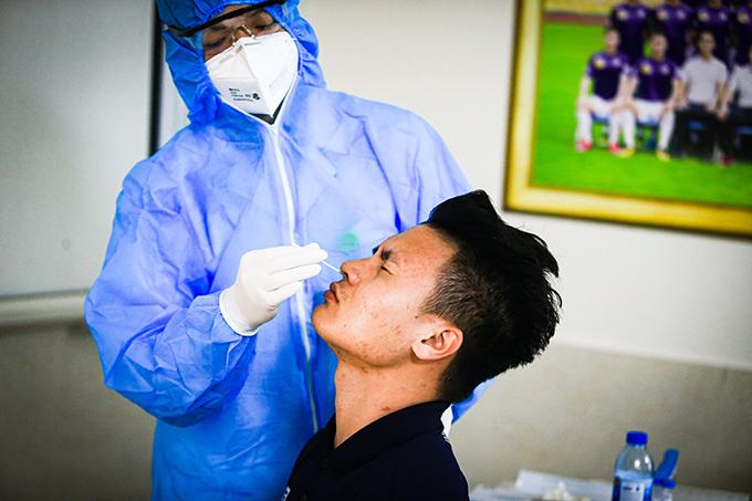 Các bác sĩ của bệnh viện Bạch Mai là những người thực hiện xét nghiệm cho Quang Hải và đồng đội.