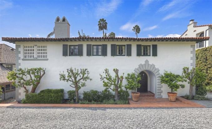 Nhà mới của Kristen nằm trên một trong những con đường đẹp nhất vùng Los Feliz, Los Angeles với hàng xóm đều là những ngôi sao Hollywood. Mặt tiền của ngôi nhà khá độc đáo được thiết kế như một pháo đài kiên cố.