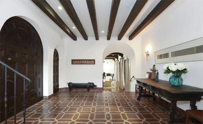 Bên trong ngôi nhà là không gian ấm cúng, trầm lắng với hai tông màu chủ đạo trắng và nâu.