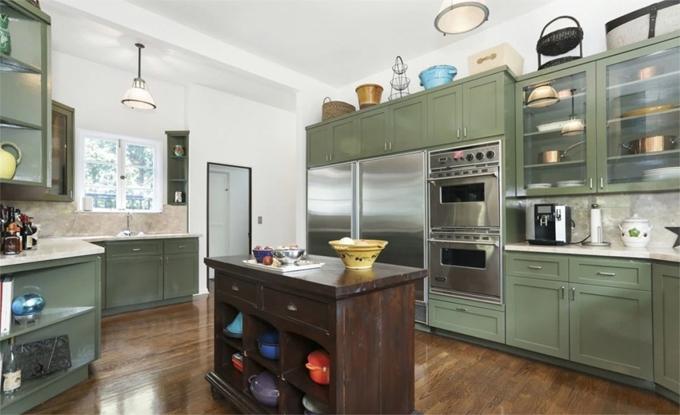 Căn bếp hiện đại và tiện nghi nhưng vẫn giữ đảo bếp kiểu cổ.