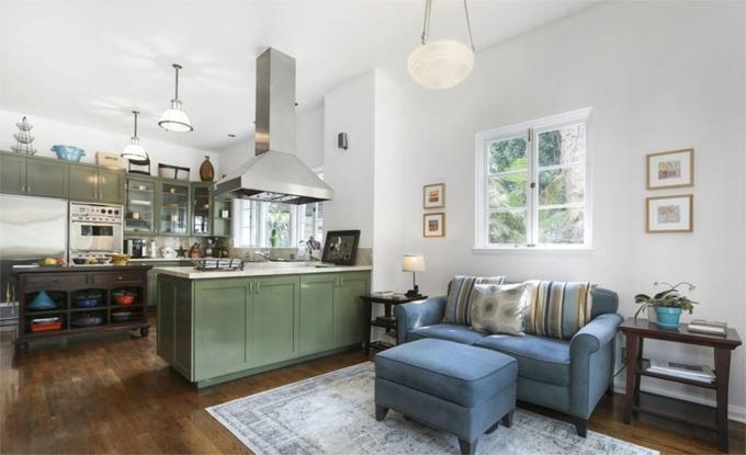 Phòng bếp bừng sáng với tông xanh.
