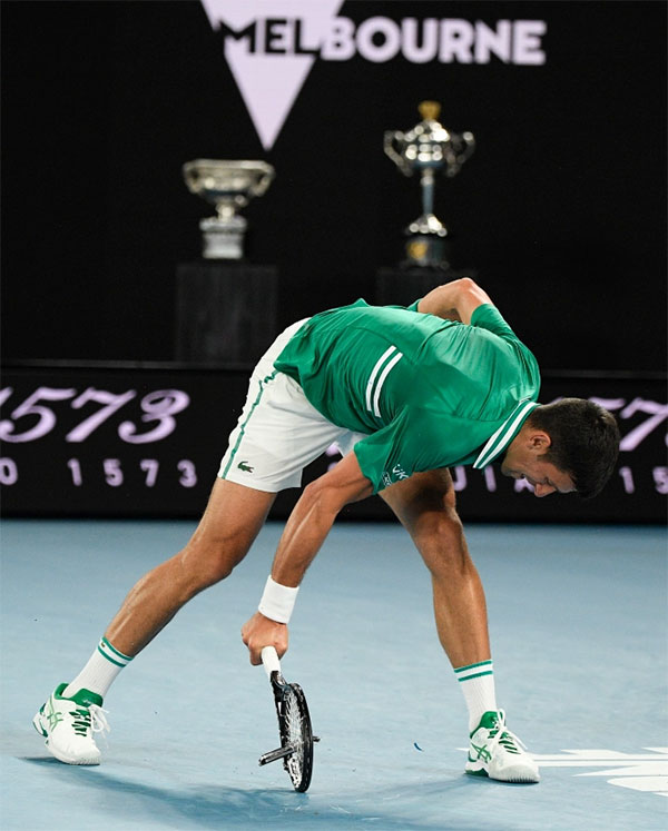 Ở game thứ 5 của set 3 khi đang dẫn đối thủ 3-1, Djokovic đánh bóng trúng lưới và mất điểm. Tay vợt số một thế giới giận dữ đập vợt ba lần liên tiếp xuống sàn khiến cây vợt vỡ nát. Yet in the fifth game of the third set, the world No.1 let rip on the court after losing deuce point, smashing his equipment THREE TIMES in a row. The racket was completely ruined and the umpire had little choice but to award a code violation for the indiscretion. What made it worse was that Zverev was forced to wait before serving out the game as Djokovic went over to his chair to locate a new racket.