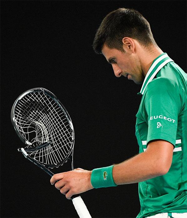 Nole bị trọng tài cảnh cáo vì lỗi hành vi còn Zverev phải mất thời gian đợi đối thủ người Serbia trở lại ghế để lấy cây vợt khác.