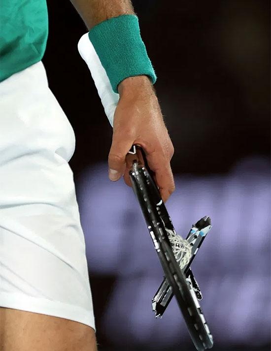 Tay vợt số một thế giới nhiều lần không giữ được bình tĩnh, trút giận vào cây vợt trong nhiều trận đấu trước đó. Điều này cũng khiến anh mất điểm trước người hâm mộ bởi không có sự điềm tĩnh như Nadal hay Federer.