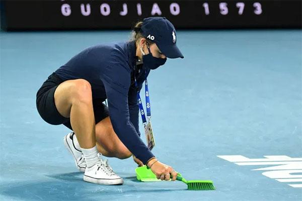 Sau đó, Djokovic còn yêu cầu trọng tài cho người dọn dẹp mảnh vỡ của cây vợt. Một cô gái làm nhiệm vụ nhặt bóng chạy vào sân thu dọn chiến trường mà Nole gây ra. Đáng ra anh ta phải tự ra mà dọn vì là người gây ra cơ mà, bình luận viên của trận đấu phát biểu, tỏ ra không hài lòng với hành vi của ngôi sao 33 tuổi.