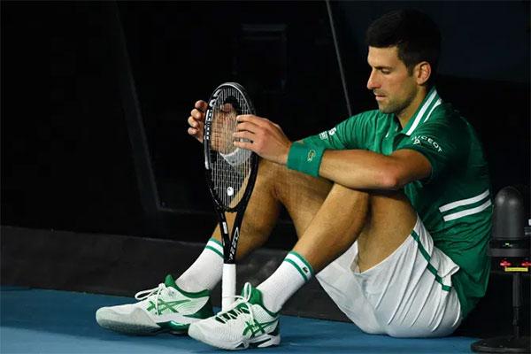 Djokovic sau đó thổ lộ, hành động đập vợt giúp anh giải tỏa tâm lý, lấy lại sự tập trung. Tay vợt số một thế giới vượt qua Zverev sau 4 set với các tỷ số 6-7, 6-2, 6-4 và 7-6, lọt vào bán kết gặp Aslan Karatsev của Nga.