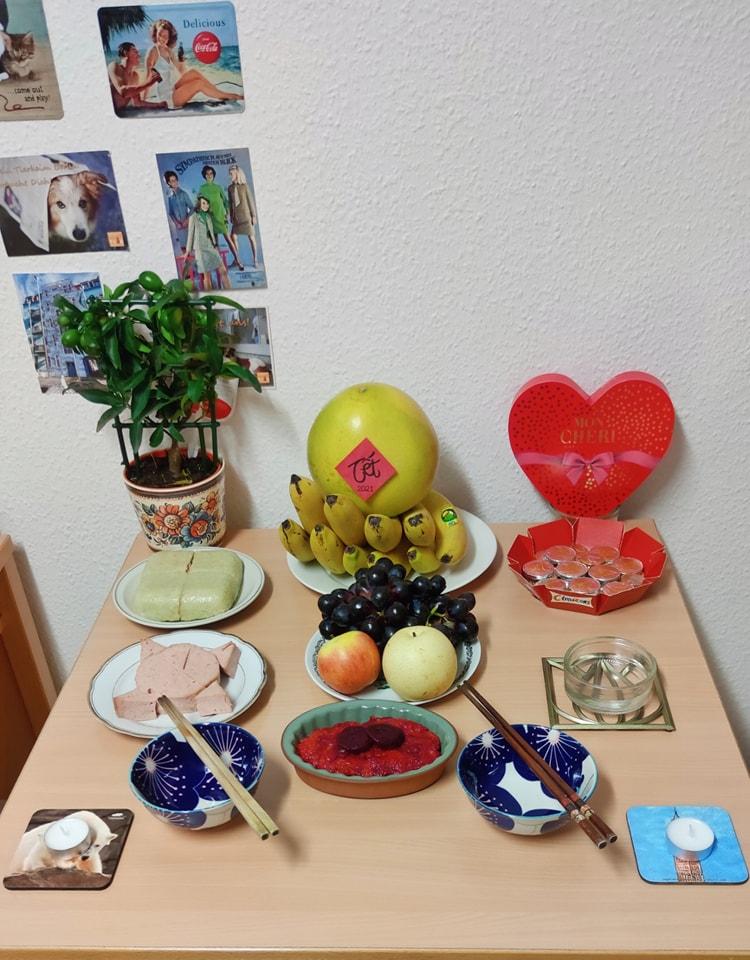 Bữa cơm Tất Niên của Lê Ngọc - một cô gái đang học tập và làm việc tại Đức. Món xôi gấc truyền thống được nhuộm đỏ từ màu củ dền, hay bánh chưng được làm với nhân từ hạt đậu gà.