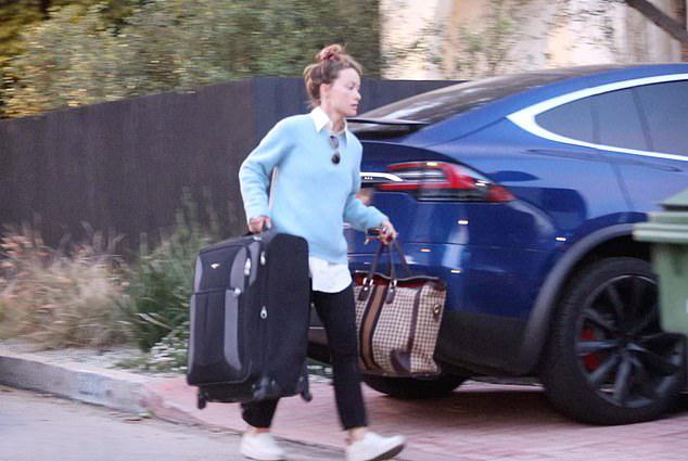 Olivia Wilde xách đồ rời ngôi nhà cô từng chung sống nhiều năm với hôn phu cũ.